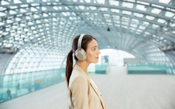 How Noise Cancelling Headphones Can Make Travel More Comfortable